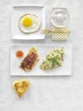 Alimento diferente saudável do almoço completo de Resh Ovos mexidos, salada, queijo, prosciutto, café e suco Imagens de Stock Royalty Free