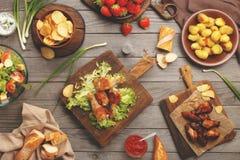 Alimento differente cucinato sulla griglia immagine stock