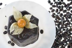 Alimento do bolo de chocolate e derramamento de feijões de café Imagens de Stock Royalty Free