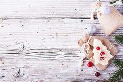 Alimento do divertimento para que as crianças e os adultos brindem o almoço festivo no ano novo do Natal do pão branco nas árvore Fotos de Stock