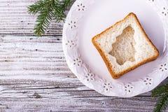 Alimento do divertimento para que as crianças e os adultos brindem o almoço festivo no ano novo do Natal do pão branco nas árvore Fotos de Stock Royalty Free