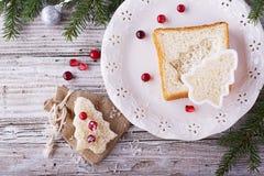 Alimento do divertimento para que as crianças e os adultos brindem o almoço festivo no ano novo do Natal do pão branco nas árvore Foto de Stock Royalty Free