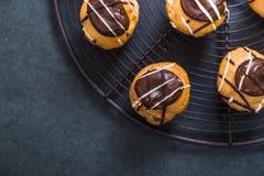 Alimento do doce do eclair de Profiterole mini foto de stock