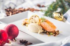Alimento do Natal com o hotel salmon da faixa e da decoração ou r home fotografia de stock