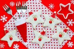Alimento do Natal Cookies de Santa no ajuste do Natal Foto de Stock Royalty Free