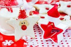 Alimento do Natal Cookies de Santa no ajuste do Natal Fotos de Stock