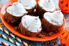 Alimento do partido de Dia das Bruxas - brownies do fantasma imagens de stock