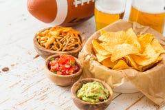 Alimento do partido do futebol, dia do Super Bowl, guacamole da salsa dos nachos Imagem de Stock