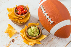 Alimento do partido do futebol, dia do Super Bowl, guacamole da salsa dos nachos foto de stock royalty free