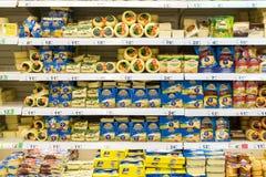 Alimento do queijo duro no suporte do supermercado Fotografia de Stock Royalty Free