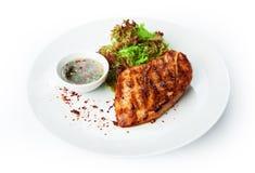 Alimento do restaurante - bife grelhado faixa da galinha Fotos de Stock Royalty Free