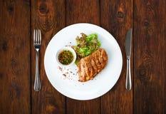Alimento do restaurante - bife grelhado faixa da galinha imagens de stock royalty free