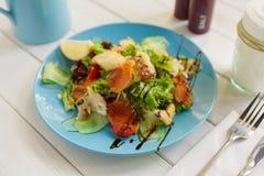 Alimento do restaurante, salmões e close up saudáveis da salada dos peixes de bacalhau imagens de stock