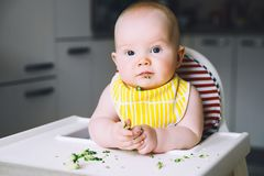 Alimento do ` s primeiro do bebê a alimentar Fotografia de Stock Royalty Free