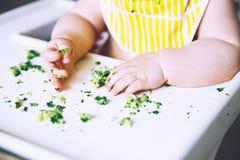 Alimento do ` s primeiro do bebê a alimentar Fotos de Stock Royalty Free