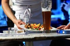Alimento do serviço da empregada de mesa Fotografia de Stock