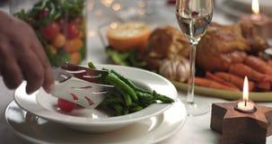 Alimento do serviço em uma tabela festiva do ano novo do Natal vídeos de arquivo