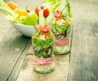 Alimento do vegetariano no frasco - salada orgânica do legume fresco no frasco Fotos de Stock
