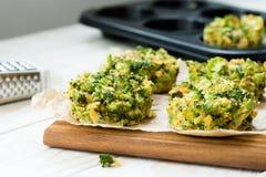 Alimento do vegetariano - omeleta com brócolis e queijo Fotos de Stock