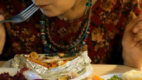 Alimento do vegetariano Refei??es durante a mulher do cargo que come o alimento do vegetariano Vegetais diferentes vídeos de arquivo