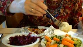 Alimento do vegetariano Refei??es durante a mulher do cargo que come o alimento do vegetariano Vegetais diferentes video estoque