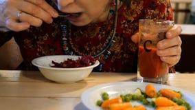 Alimento do vegetariano Refei??es durante a mulher do cargo que come o alimento do vegetariano Vegetais diferentes filme