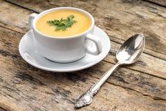 Alimento do vegetariano Sopa de ervilha com colher Foto de Stock