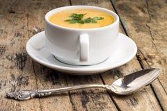 Alimento do vegetariano Sopa de ervilha com colher de prata Fotografia de Stock Royalty Free