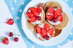 Alimento doce da sobremesa da manhã deliciosa das panquecas com Fotos de Stock