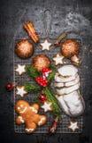 Alimento doce do cozimento do Natal: o pão-de-espécie caseiro, cookies, stollen com especiarias, ramos do abeto e a decoração ver imagens de stock royalty free