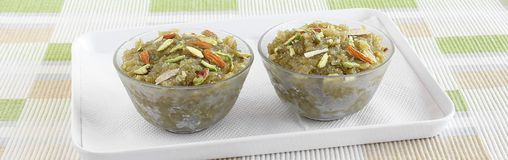 Alimento doce indiano Lauki Halwa nas bacias de vidro Fotos de Stock