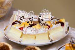 Alimento doce Partes de bolos na placa Imagem de Stock Royalty Free