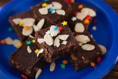 Alimento dolce con le guarnizioni servite sul piatto Fotografia Stock