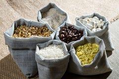 Alimento dos ingredientes do close up em sacos da lona Imagens de Stock Royalty Free