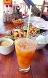 Alimento e cocktail na tabela de madeira imagens de stock
