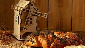 Alimento e concetto di agricoltura Composizione di pane fresco, della pagnotta e del mulino su un fondo di legno archivi video