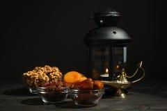 Alimento e decoração de Ramadan Kareem na tabela de madeira fotografia de stock