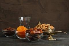 Alimento e decoração de Ramadan Kareem na tabela de madeira imagem de stock