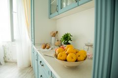 Alimento e flores em uma mesa de cozinha na manhã imagem de stock royalty free