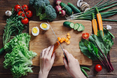Alimento e ingredientes saudáveis no fundo de madeira rústico