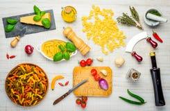 Alimento e pasta italiani con la cottura degli ingredienti Immagini Stock Libere da Diritti