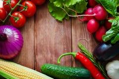 Alimento e pratos do vegetariano Sopa da abóbora, salada, vegetais, frutos, lentilhas no fundo preto rústico da placa de giz Saud Imagem de Stock