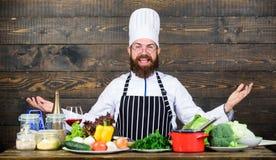 Alimento e vegetariano in buona salute Cuoco unico professionista in uniforme del cuoco Essendo a dieta con l'alimento biologico  immagini stock
