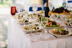 Alimento e vetri sulla tavola festiva per la cena di nozze Fotografia Stock Libera da Diritti