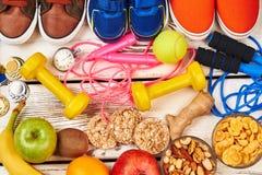 Alimento ed attrezzatura di sport sani Fotografie Stock