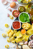 Alimento ed ingredienti italiani, salsa al pomodoro di pesto degli spaghetti della pasta dei ravioli fotografia stock libera da diritti