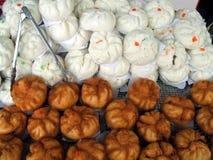 Alimento em um mercado em Banguecoque, Tailândia foto de stock