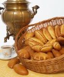 Alimento, empanadas, samovar ruso de cobre, cocina eslava Fotografía de archivo