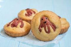 Alimento engraçado da criança Queques do Cornbread com polvo da salsicha Imagens de Stock