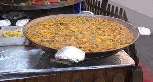 Alimento espanhol da rua Um paella grande para os turistas fotografia de stock